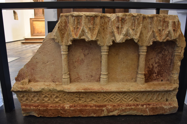 Fragment de monument funéraire découvert lors de la rénovation.